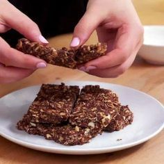 Barres protéinées sans cuisson parfaites en collation ou après l'entraînement Protein Bar Recipes, Raw Food Recipes, Sweet Recipes, Dessert Recipes, Healthy Bars, Healthy Desserts, Healthy Food, Pudding Ingredients, Energy Snacks