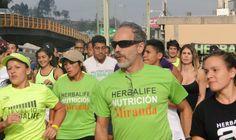 La gente comenzando a caminar en la caminata 5k y algunos otros comenzando a correr en la carrera 10k ツ