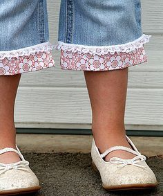 Sewing tutorial: This explains how to use fabric and frills to convert girls' jeans into sweet capris Sewing Hacks, Sewing Tutorials, Sewing Crafts, Sewing Projects, Sewing Patterns, Sewing Ideas, Diy Clothing, Sewing Clothes, Diy Vetement