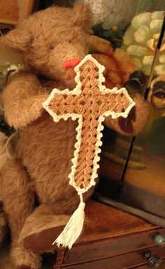 My great grandmother used to make these for us kids. Crochet Cross-doesn't link to directions or pattern. Use picture to re-create Crochet Angels, Crochet Cross, Crochet Home, Thread Crochet, Crochet Gifts, Crochet Stitches, Crochet Bookmark Pattern, Crochet Bookmarks, Crochet Patterns