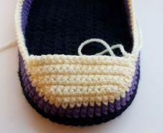 Häkelanleitung Sneaker Gr. 36-42 Easy Crochet Slippers, Crochet Boots, Crochet Baby Shoes, Crochet Slipper Pattern, Easter Crochet Patterns, Knitting Socks, Baby Knitting, Crochet Ripple, Crochet For Beginners Blanket