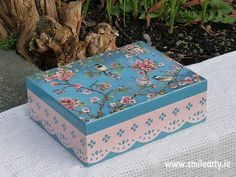 Handmade, unique box for tea or small accessories made with decoupage. It's the perfect gift to add more colour and inspiration in any room at home. Tea Box, Blue Bird, Dublin, Pink Blue, Decoupage, Decorative Boxes, Birds, Handmade Gifts, Kid Craft Gifts