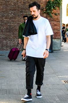 ブラックデニムのモノトーンコーデをバンズとソックスのコンビネーションでスケーター感覚に Monochrome Fashion, Minimal Fashion, Estilo Vans, Vans Outfit Men, Men Street, Street Wear, Skateboard Fashion, Smart Casual Menswear, Look Man