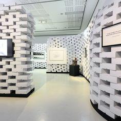 "1.000 Dinkhauser-Kartons schaffen das ""Labyrinth der Erinnerungen"" im Landesmuseum Tirol. Foto: Wolfgang Lackner. #dinkhauser #colompac #kunst #kartons #kunstmitkartons #museum #ferninandeum Labyrinth, Stairs, Home Decor, Memories, Kunst, Stairway, Decoration Home, Room Decor, Staircases"