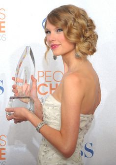 More Pics of Taylor Swift Pinned Up Ringlets