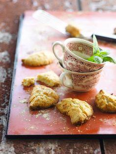 Bereiden:Verwarm de oven voor op 220 graden.Smelt de boter op een laag vuurtje.Zeef de bloem samen met het zout in een grote kom. Voeg er de olie, 100 gram suiker, de gesmolten boter en paar druppels lauw water aan toe. Kneed alles tot een soepel deeg. Voeg er eventueel nog wat water aan toe als het deeg te droog is. Laat even rusten.Mix voor de vulling de amandelen, de rest van de suiker, het ei, kaneel en oranjebloesemwater fijn. Draai tot een egale pasta, maar...