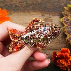 Я поняла,что обожаю делать рыб не меньше чем жуков Долго мечтала испробовать эти волшебные пайетки розово-оранжевого цвета от @greenbird_ru, а тут приехали новые кристаллики от @sw_strazy цвета astral pink и я не смогла удержаться, чтобы не сделать эту рыбоньку. Рыбка объемная, почти как половина настоящей  В составе итальянские пайетки, компоненты Swarovski, японский бисер, чешские бусинки. Рыбка3000р+ доставка.  Изготовление на заказ. #sw_beauty #handmade #handmade_ru_jewellery...