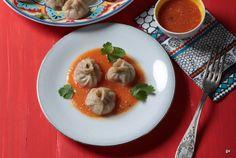 SUPER RECETTE Les momos sont des raviolis tibétains en forme de croissant ou de petite bourse. Ils sont cuits à la vapeur et accompagnés d'une sauce tomate épicée.