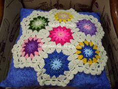 Almofada enfeitada com squares confeccionados em croche