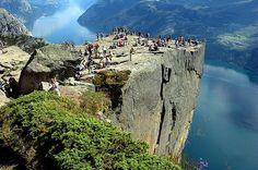 viaje al pulpito de la roca, en noruega, la roca mas grande del mundo situada en el noruega con una alruta callendo hacia el mar