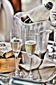 Champagne and cheers! Flute Champagne, Glass Of Champagne, Sparkling Wine, Cheers, Shandy, In Vino Veritas, Wine Recipes, Party Time, Foodies