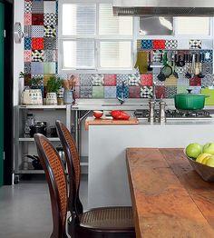 A arquiteta Luciana Penna começou o projeto de reforma a partir da cozinha, a pedido do morador Alexandre Pernet, que se considera um gourmet em busca de sofisticação. Ela é o coração do apartamento, com azulejos coloridos e estiloso cooktop