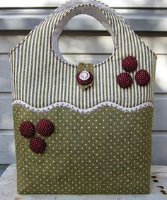 Denim like the wavy line for the color separation. Diy Fabric Purses, Fabric Bags, Patchwork Bags, Quilted Bag, Handmade Handbags, Handmade Bags, Diy Handbag, Craft Bags, Purse Patterns