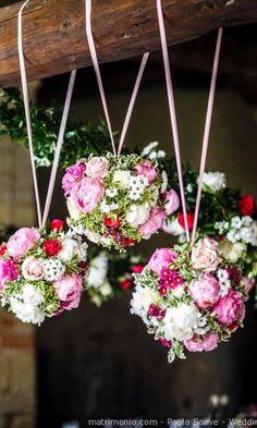 Fiori sospesi di bouquet rotondo color fucsia, rosso e bianco #matrimonio #nozze #sposi #sposa #bouquet #fiori #rustichic #bohochic #tradizione #wedding #flower