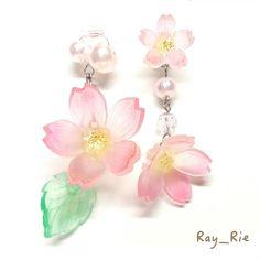 桜舞い、桜咲く、春の景色を思い浮かべて。  パールで繋いだ揺れる桜。 若葉も揺れる、大きな桜。  パーツからハンドメイドした、完全オリジナルです。  制作に時間がかかる為、 お時間を頂けると幸いです。  春のお花見や夏の浴衣に。 シンプルな春色コーデのアクセントにも。  着物や和柄が好きな方、ゆめかわいいメルヘンが好きな方、お花や妖精が好きな方にオススメです。 卒業式、入学式などに是非どうぞ♪  【検索ワード】はな/ハナ/さくら/サクラ/和/和物/日本/普段使いアクセサリー/新春/卒業式/フラワー/ピアス/春アクセサリー/桜/プラバン/和装/着物/袴/春/春色/花見/お花見/入学式
