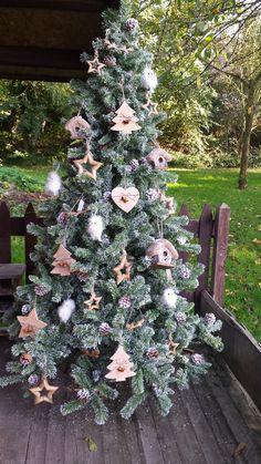 Kerstboom versierd met houten decoraties