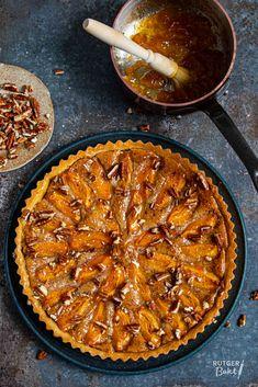 Abrikozentaart met pecannoten – recept Pie Cake, Coffee Time, A Food, Chili, Cake Recipes, Soup, Sweets, Desserts, Cookies