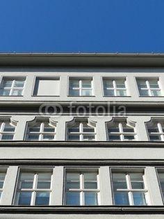Sanierte weiße Altbaufassade vor blauem Himmel in Bielefeld im Teutoburger Wald in Ostwestfalen-Lippe