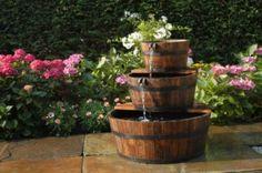 Rustikales Wasserspiel mit drei Holzfässern  https://www.gartenxxl.de/Acqua-Arte-Set-Edingburgh/Wasserspiele/Sortiment/p-1006560000#/rating-page/helpful-first/88/1