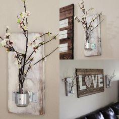 déco murale bois très originale à faire soi-même - bouteilles en verre qui font office de vases et un tableau personnalisé en lattes de bois
