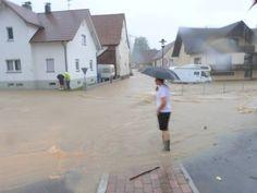 Nicht so weit weg... Das Wasser schoss in Wellendingen vom Lemberg her kommend durch den Ort, 30 bis 40 Meter breit, zuweilen einen Meter hoch. Foto: Schulz