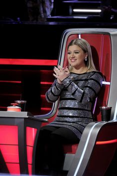Kelly Clarkson has experience on both sides of the reality competition table, so how is she using that experience to connect with contestants on The Voice? Maggie Gyllenhaal, Florence Pugh, Julie Andrews, Country Music Singers, Famous Singers, Kelly Clarkson, Badass Women, Female Singers, Celebrity Crush