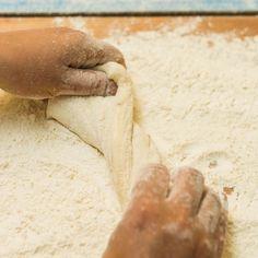 Ganz einfach,- es reicht aus, das Brot während des Backens immer mal wieder mit Wasser zu bestreichen. 😋 Ma guat! Der Bäcker vom Wörthersee!  #brotpower #wienerroither #maguat #bäckerei #brot #Gebäck #handgemacht #bäcker #geschmack #genuss #backen #backstube, #backhandwerk, #bake, #bakery, #withlove #wörthersee #kärnten #austria
