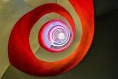 Debaixo da escada. Vencedora na categoria Arquitetura Aberta do Prêmio de Fotografia do Sony World 2014.  Fotografia: Holger Schmidtke, da Alemanha.  http://www.photographyoffice.com/blog/2014/3/2014-sony-world-photography-awards-40-breathtaking-winning-photos-revealed