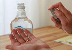 Perché vodka uccide i batteri, rende il disinfettante perfetto. Riempire un piccolo flacone spray con vodka e nebbia le mani ogni volta che necessario.