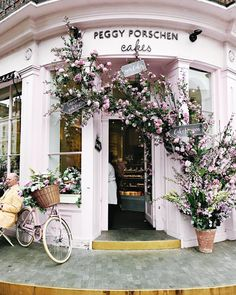 Chelsea Flower Show, the shops and restaurants in our neighbourhood celebrate with their own trimmings and events, and it's my… Tiny Build, Peggy Porschen Cakes, Beautiful Flowers, Beautiful Places, Deco Restaurant, Boutique Deco, Shop Fronts, Chelsea Flower Show, Cafe Design