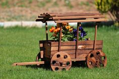 13 Rustic Style Planting Flowers Surely You Like It Wood Planters, Flower Planters, Planter Boxes, Landscape Timber Crafts, Landscape Timbers, Wooden Projects, Outdoor Projects, Wood Crafts, Mulch Landscaping