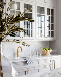 Traditional kitchen interior design with soft grey cabinets with glass inserts and brass accents interior design Kitchen Design Traditional Kitchen Interior, Interior Modern, Interior Design Kitchen, Kitchen Design Classic, Marble Kitchen Interior, Traditional Kitchen Backsplash, Classic White Kitchen, Country Interior Design, Interior Design Photos