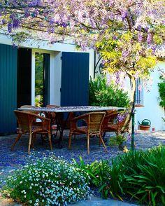 Um caramanchão com glicínias: as casas do Sul da França provocam emoções singelas... #provence #france #estiloprovencal #caramanchao #glicinias