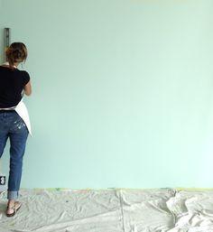 peinture artistique chambre bébé- fond vert d'eau et pois blancs