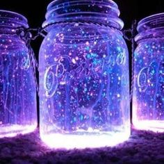 Glowstick + Mason Jar = DIY Lantern (link to 13 other DIY lanterns) Tin Can Lights, Jar Lights, Bottle Lights, Pot Mason, Mason Jar Crafts, Diy Galaxie, Diy Design, Design Ideas, Fairy Glow Jars