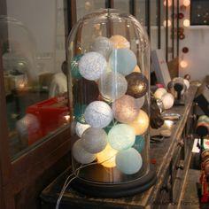 boule en coton Dimensions : Diamètre d'une boule : 7cm Longueur totales des boules : 3m Longueur de la guirlande au total : 5m Branchement sur prise secteur Interrupteur...