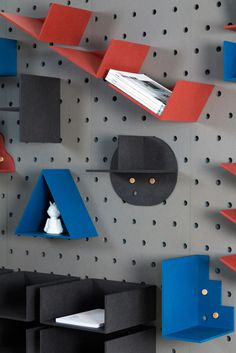 Christoffer Aadalen created a three-dimensional grid system that doubles as a useful object and the result is a wall-mounted modular shelving system. Modular Walls, Modular Shelving, Modular Storage, Multifunctional Furniture, Modular Furniture, Furniture Design, Peg Wall, Blank Walls, Interior Design Studio