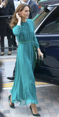 Image gallery of the outfits worn by Catherine, Duchess of Cambridge Kate Middleton Outfits, Kate Middleton Stil, Estilo Kate Middleton, Fashion Looks, Beauty And Fashion, Royal Fashion, Duchess Kate, Duke And Duchess, Duchess Of Cambridge