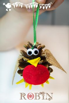 Tweet, tweet! Adorable ROBIN CHRISTMAS ORNAMENTS for kids. An easy kids pinecone craft to enjoy this holiday.