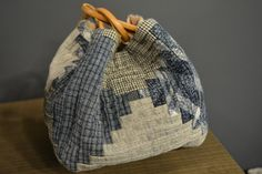 Log cabin bag - Association of Russian masters of patchwork Japanese Patchwork, Japanese Bag, Japanese Quilts, Patchwork Bags, Quilted Bag, Japanese Rice, Rice Bags, Log Cabin Quilts, Quilt Festival