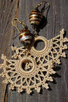 Crocheted Brown Fan Shaped Earrings by lindapaula on Etsy, Pendientes de… Crochet Jewelry Patterns, Crochet Earrings Pattern, Crochet Accessories, Crochet Necklace, Love Crochet, Bead Crochet, Jewelry Crafts, Handmade Jewelry, Crochet Projects