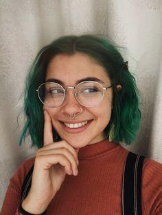 Insta: cassallenn - Frisuren - Deanna Style World Girl Short Hair, Short Girls, Short Green Hair, Girl With Green Hair, Short Dyed Hair, Dark Green Hair, Curly Short, Dark Hair, Dye My Hair