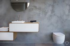 Maatwerk badkamer waarbij gebruik is gemaakt van Beton-Ciré (Micro-Beton) op muren en vloer. Hierdoor krijgt de badkamer een mooie betonlook. De badkamer is voorzien van een eiken badmeubel, een Solid Surface ligbad en wasbak. Daarnaast zijn ook RVS CEA kranen en een speciale RVS design inbouw douche gebruikt De handdouche en het toilet zorgen voor de witte details die de badkamer iets extra's geven / #design_badkamers_breda  #design_badkamers_utrecht