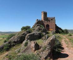 CASTLES OF SPAIN - El castillo de Riba de Santiuste, siglo IX . La zona, durante la Edad Media, fue lugar de numerosos enfrentamientos entre los distintos reinos de taifas y entre éstos y los reinos cristianos del norte. En 917, las tropas de Ordoño II de León realizaron incursiones contra las tropas andalusíes de la zona. En 1085 fue conquistado por Alfonso VI de Castilla. El castillo fue destruido en 1811 por los franceses durante la guerra de la Independencia.