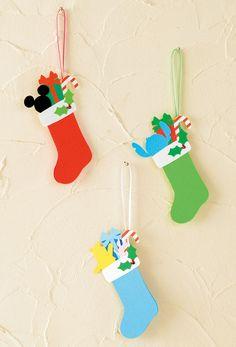 色とりどりの靴下にプレゼントやスティック型のキャンディ、 そしてディズニーのキャラクターが詰め合わされたかわいらしい作品。 カードとしてはもちろん、ツリーのオーナメントとしてつり下げても素敵。 ミッキーは赤い靴下、スティッチは緑色、プーさんとピグレットには青い靴下を! Christmas Projects, Diy And Crafts, Christmas Crafts, Arts And Crafts, Christmas Decorations, Christmas Ornaments, Holiday Decor, Christmas 2019, Winter Christmas