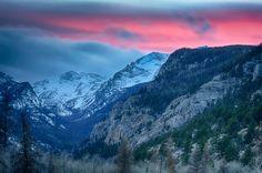 Puesta de sol en las montañas fondo de pantalla
