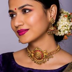 This gold beauty is perfect for a minimalistic bride! Gold Choker Necklace, Antique Necklace, Gold Necklaces, Gold Jewellery Design, Gold Jewelry, Handmade Jewellery, Vanki Designs Jewellery, Jewellery Bracelets, India Jewelry