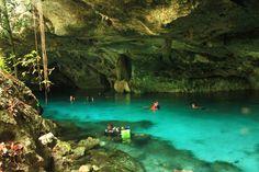 Dos cenotes de agua azul-turquesa conectados por un túnel bajo la jungla (cenote Dos Ojos, Riviera Maya) #RelatodeViaje