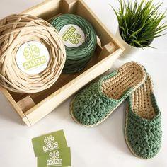 Crochet T Shirts, Crochet Slippers, Crochet Gifts, Crochet Slipper Pattern, Crochet Motif, Knit Crochet, Crochet Wrist Warmers, Knitting Patterns, Crochet Patterns
