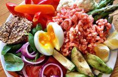 Fjordrejer og æg med paleobrød og grønt